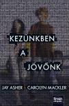 Jay Asher, Carolyn Mackler - Kez�nkben a j�v�nk #